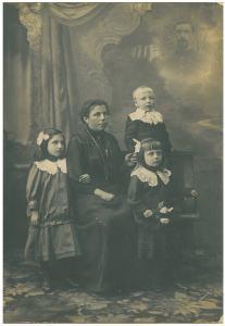Het gezin Smet-Reyns omstreeks 1917. Van links  naar rechts Maria Germana, moeder Maria Leonie, Isidoor Louis en Paula Maria. In de inzet bovenaan rechts is vader Jacobus Franciscus ingewerkt, op dat ogenblik frontsoldaat. (collectie Kurt Ivens)