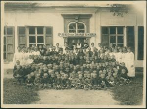 Spijshuis voor zwakke kinderen groepsfoto jongens