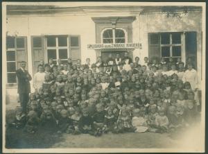 Spijshuis voor zwakke kinderen groepsfoto meisjes