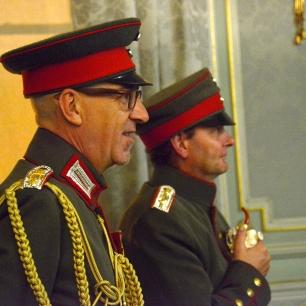 De officieren van de Maschinen-Gewehr-Truppe III Antwerpen, in gala-uniform, zijn de geëerde gasten van het kerstconcert