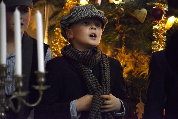 Jongetje van de Broederschool (Sint-Lodewijkinstituut Beveren) zingt uit volle borst 'Stille nacht, heilige nacht' en 'Eer zij God in onze dagen'