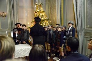Broeder Pius staat klaar met het dirigeerstokje in de hand. Op zijn teken maken de zangertjes een buiging en zetten de eerste noten in van het concert