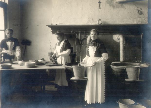 Gaar- en soepkeuken door het plaatselijk Komiteit en de Zusters van Onze-Lieve-Vrouw-Presentatie ingericht in Huis Clippeleer. Op de foto ziet u personeel dat de voedselbedeling voorbereidt.