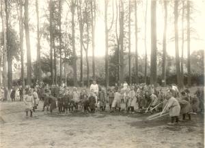 Tuinierende weeskinderen in het park van het kasteel ter Gaever te Beveren tijdens de Eerste Wereldoorlog, Arcief de Bergeyck, collectie John Buyse