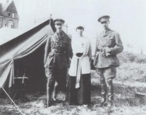 De prinsen Sixtus en Xavier van Bourbon-Parma in het uniform van het Belgisch leger, flankeren koningin Elisabeth. Bron: belgiëroyalist.blogspot.be