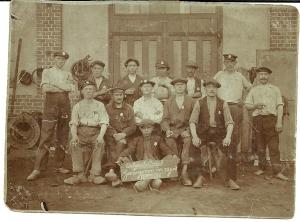 Auguste Van Leuvenhage met andere Belgische burgerlijke gevangenen in het kamp van Ragnit, 12 juni 1917. Auguste is de man uiterst links.